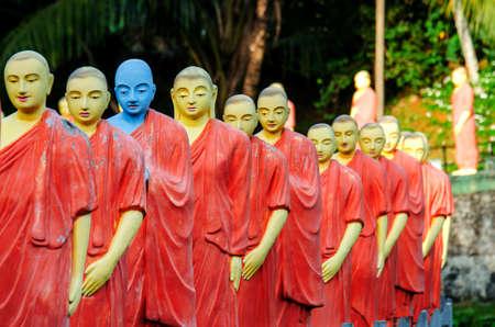 Estatuas de monjes budistas en uno de los templos de Sri Lanka. Foto de archivo