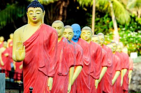 La estatua de Buda, que son estatuas de monjes en fila. Sri Lanka.