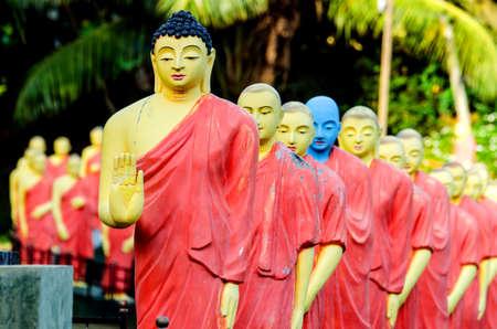 La estatua de Buda, detrás de la cual hay estatuas de monjes budistas. Sri Lanka.