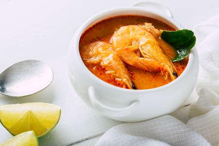 Tom yum con camarones en un plato blanco, comida tradicional tailandesa Foto de archivo
