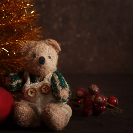 Christmas arrangement with a teddy bear and gifts near golden fir Imagens