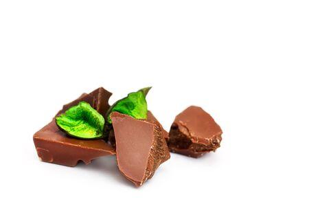 cikolata: Chocolate pieces on a white background, with green decor