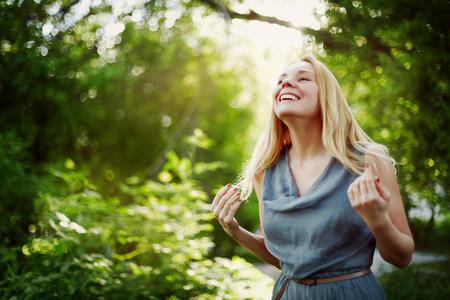 femme qui rit: Jeune femme jolie blonde rire. Printemps portrait heureux. Banque d'images