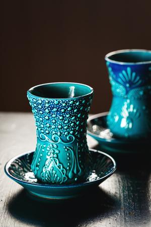 vin chaud: Lunettes turcs traditionnels pour le thé ou vin chaud sur surface en bois foncé. Mise au point sélective. Banque d'images