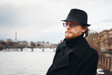 hombre barba: Apuesto hombre con barba calma desgasta el sombrero en Par�s, Francia, mirando en la c�mara. Composici�n Foto de cabeza.