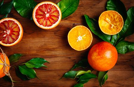 citricos: Todav�a vida con las frutas maduras jugosas c�tricos en mesa de madera listo para comer. Colores vibrantes, vista desde arriba, espacio para el texto.