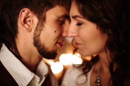 parejas romanticas: Pareja hermosa con los ojos cerrados que disfrutan de Kissing y Embrassin unos a los otros. Cerrar vieron, enfoque selectivo.