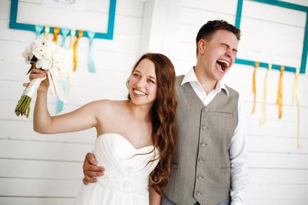 Emotional Moment der Hochzeitstag. Schöne frisch verheirateten Paar. Tiefenschärfe.