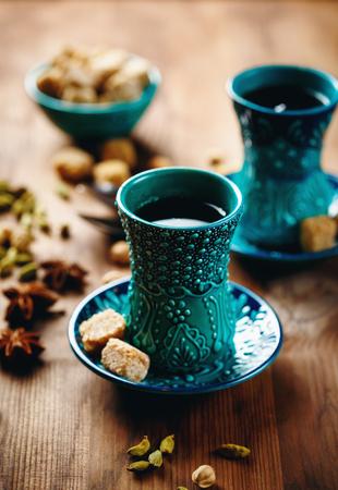 vin chaud: Th� ou vin chaud ou diff�rent boisson avec Vaus �pices dans Lunettes traditionnels turcs sur fond de bois. Mise au point s�lective.