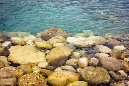 Pebble stones under transparent water, nature background Standard-Bild