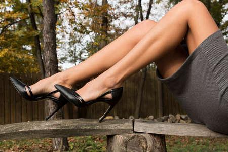 pies bonitos: sexy piernas femeninas en los talones Foto de archivo
