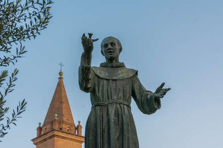 Standbeeld van St. Franciscus, S.Mamolo Gate, Chrissy Santissima Annunziata, Bologna - Emilia Romagna Stockfoto