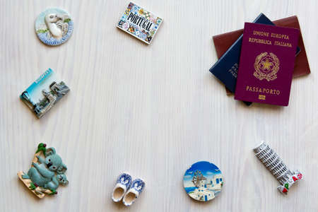 passeport: divers passeports et souvenirs aimants de plusieurs pays du monde