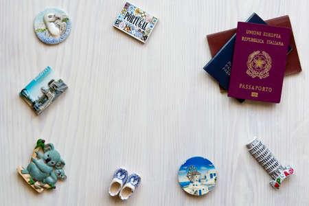 nevera: pasaportes y los imanes de souvenirs varios de varios países del mundo
