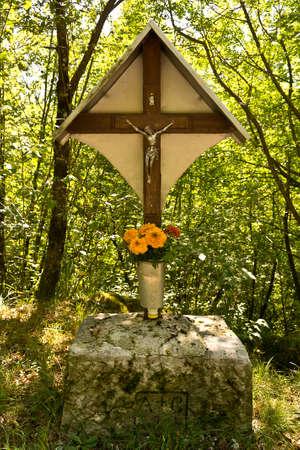 kruzifix: Wald Kruzifix Hölzernes Kruzifix in den grünen Wäldern