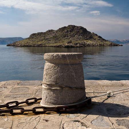 hormig�n: small island and stone bollard