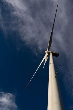 viento: Aerogeneradores en la costa croata Foto de archivo