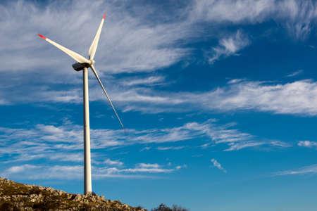 turbina: Aerogeneradores en la costa croata Foto de archivo