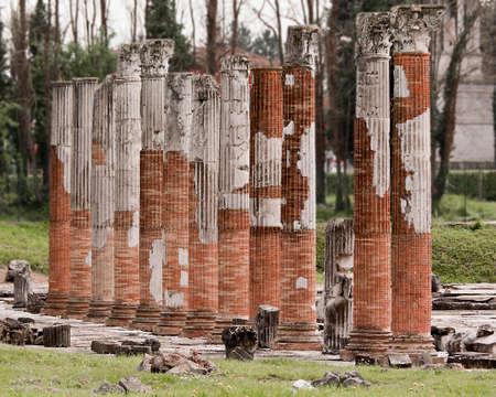 columnas romanas: columnas romanas en parque arqueológico en Aquileia, Italia Foto de archivo