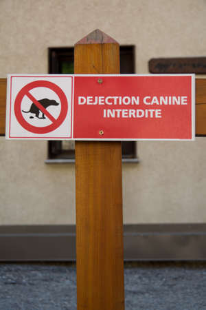 durty: No Dog Poop Sign in French