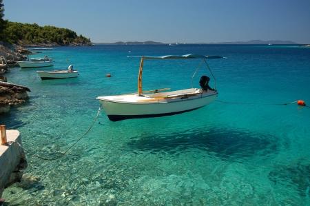 Tranquilla baia di Milna sulla vicina isola di Brac in Croazia