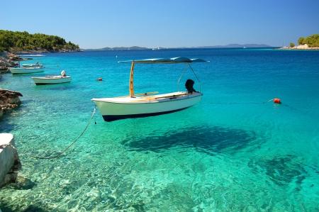 Scena pittoresca di barche in una tranquilla baia di Milna sull'isola di Brac, Croazia