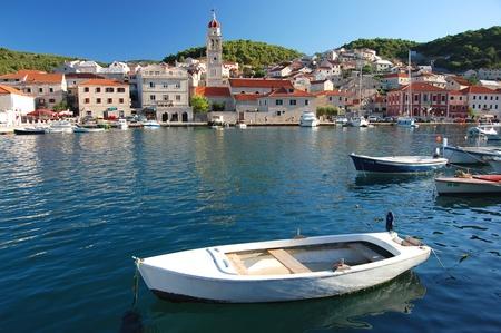 Pittoresca superba vista del villaggio di Pucisca sull'isola di Brac, Croazia