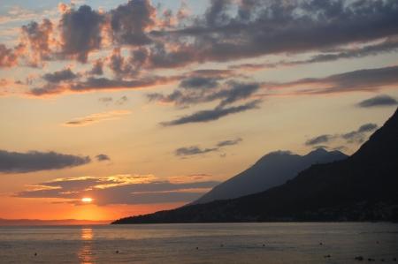 Tramonto pittoresco e lunatico sulla Dalmazia in Croazia