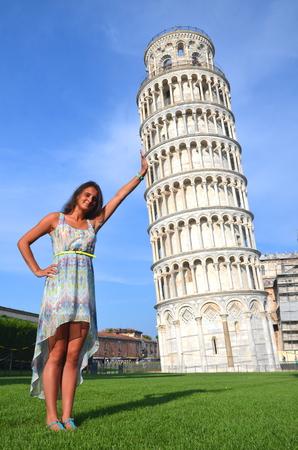 sch�ne attraktive Br�nette touristischen M�dchen mit schiefen Turm in Pisa, Italien