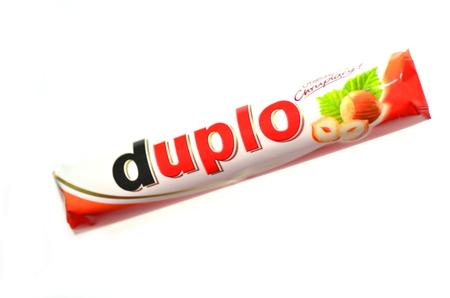 Duplo chocoladereep op een witte achtergrond