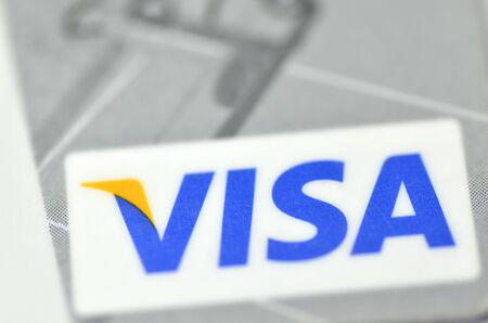 白い背景で隔離のクローズ アップの VISA クレジット カード