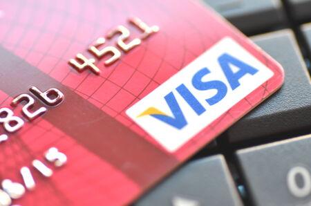 ノート パソコンのキーボードのクローズ アップの VISA クレジット カード