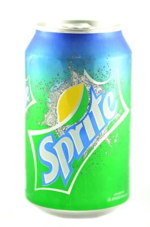 sprite: Bebida Sprite en una lata aisladas sobre fondo blanco Editorial