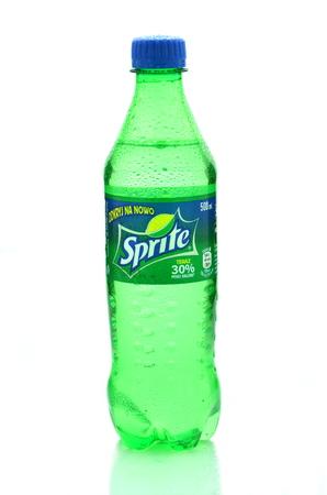sprite: Botella de la bebida Sprite aislado en blanco Editorial