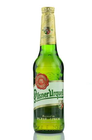 pilsner: Pilsner Urquell cerveza lager rubia aisladas sobre fondo blanco