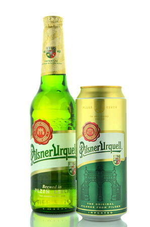 pilsner: Pilsner Urquell cerveza lager rubia aislado en blanco