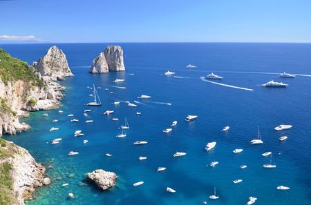유명한: 카프리 섬, 이탈리아에서 유명한는 Faraglioni 바위의 화려한 풍경 스톡 사진