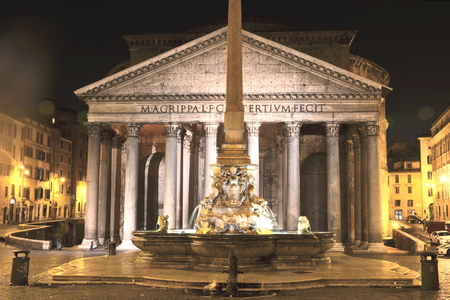 Majestic Pantheon and the Fountain by night on Piazza della Rotonda in Rome, Italy 免版税图像
