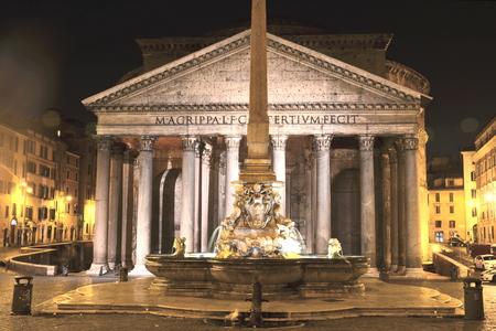 Majestic Pantheon und den Brunnen in der Nacht auf der Piazza della Rotonda in Rom, Italien Lizenzfreie Bilder