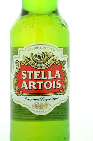 pilsner: Stella Artois cerveza pilsner aislado en fondo blanco