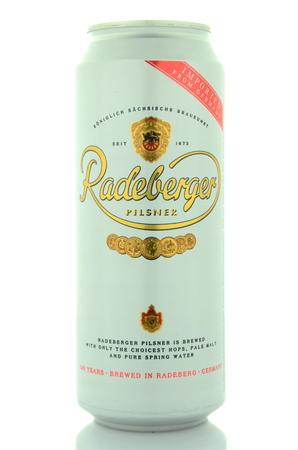 pilsner: Radeberger cerveza pilsner aislado en fondo blanco