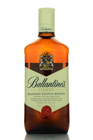 botella de whisky: Ballantines whisky aislados en fondo blanco