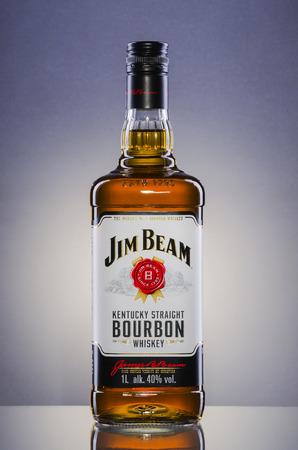 グラデーションの背景にジム ・ ビーム バーボン ウイスキー。