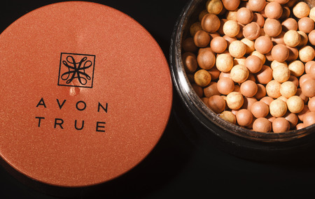 Avon glow bronzing pearls isolated on dark background. Redakční