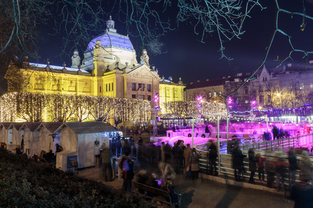 ZAGREB, CROATIA - DECEMBER 27, 2015: Advent in Zagreb, Ice Park, Art pavilion and Christmas stands on King Tomislav park 報道画像
