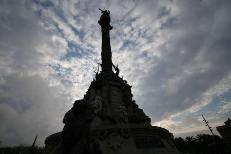 discoverer: Christopher Columbus monumento en el fondo de cielo azul.