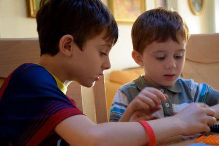 brothers playing: Dos hermanos que juegan juntos Foto de archivo