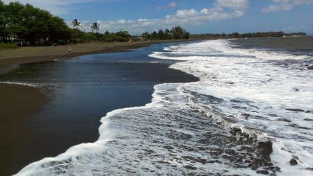 Schwarzer Sandstrand bei Waimea, Kauai, Hawaii Standard-Bild - 80310087