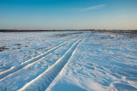 Traces of the vehicle on the snow towards the horizon - winter view Stockfoto