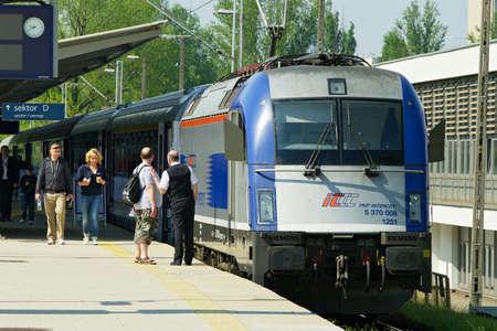 treno espresso: Varsavia, Polonia - 1 maggio 2014: Il treno PKP Intercity espresso in piedi alla stazione ferroviaria di Varsavia Est.